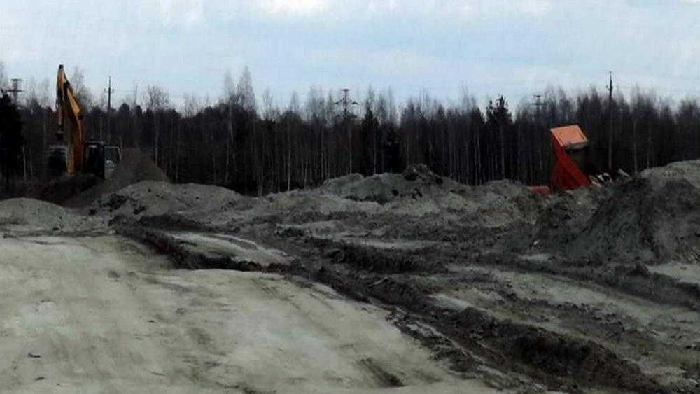В Брянске водитель высыпал самосвал строительного мусора в песчаный карьер