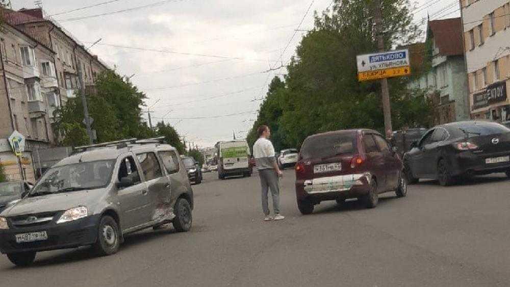 В Брянске возле Бежицкой почты столкнулись два автомобиля