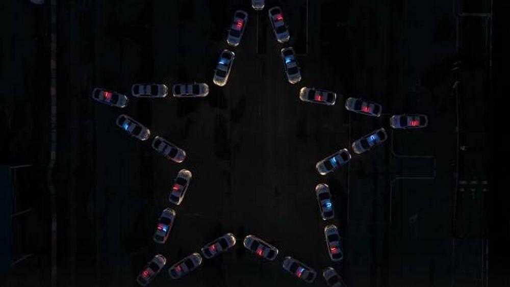 Брянские сотрудники ГАИ построили из автомобилей светящуюся звезду Победы