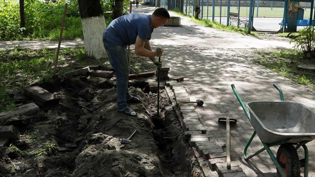 В Советском районе Брянска продолжили обновлять сквер Энергетиков