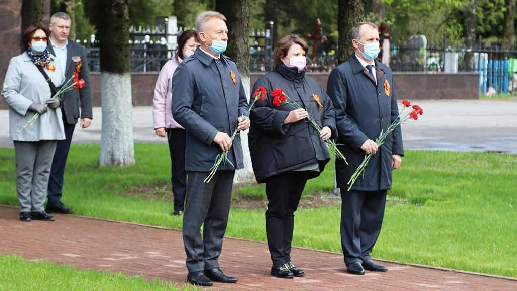 Руководители Брянска возложили 9 Мая цветы к воинским мемориалам