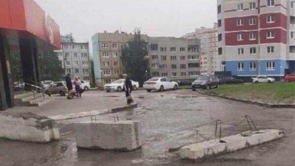 В Брянске на улице Советской снесли бетонный блок, которым перекрыли въезд во двор
