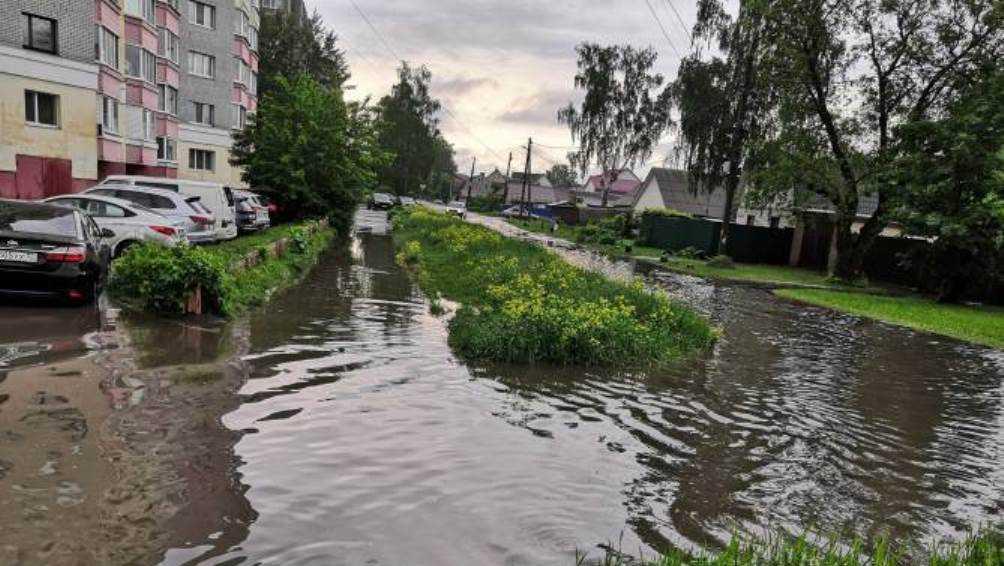 В Брянске после ливня затопило улицу Богдана Хмельницкого