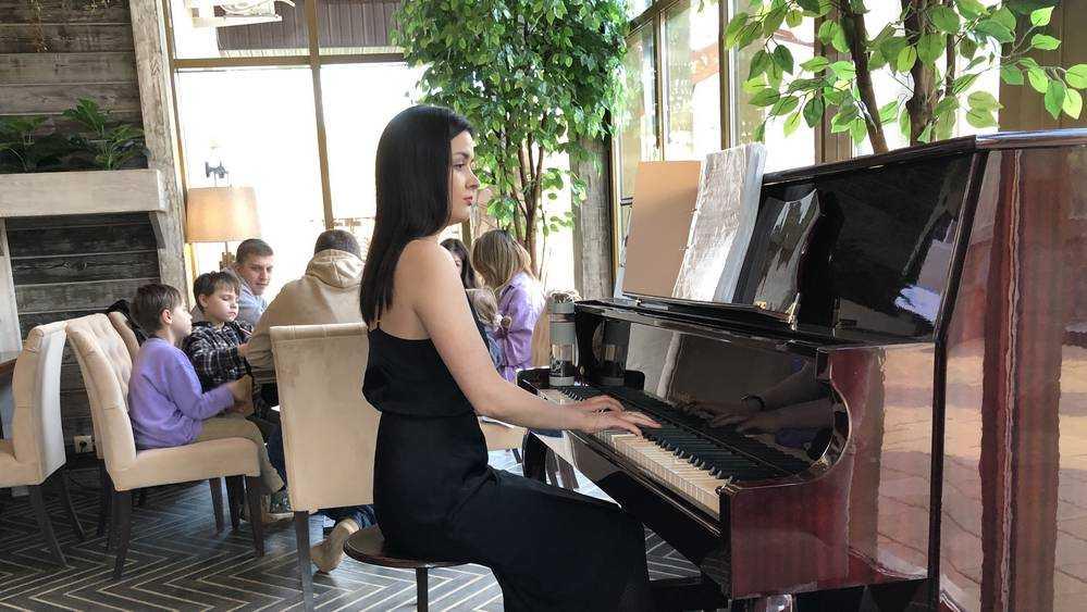 Посетителей брянского ресторана удивило появление пианистки