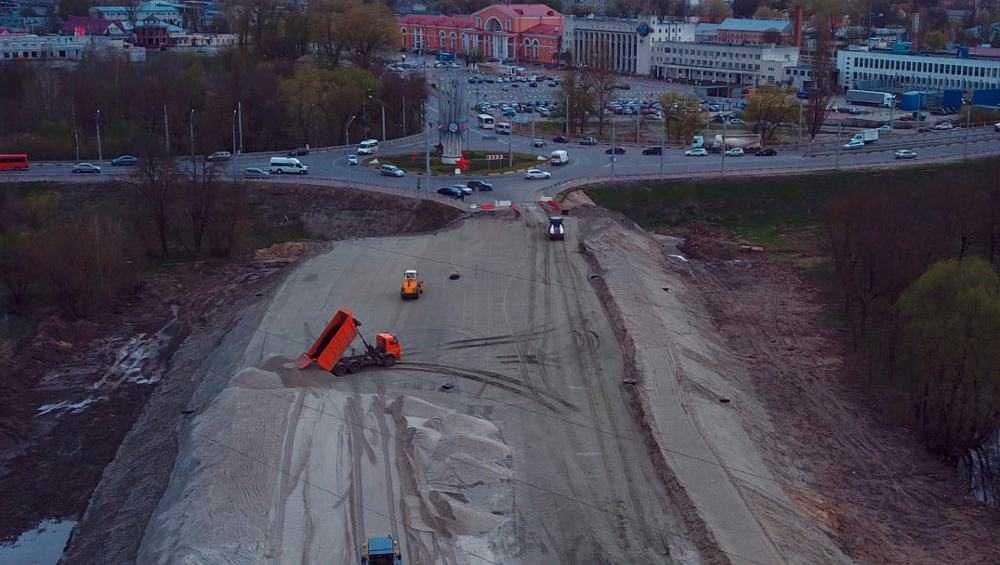 В Брянске продолжили строительство дороги – защитной дамбы до ТЦ Metro