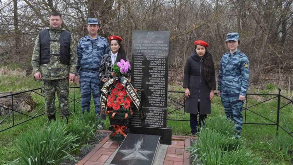 Сотрудники ФСИН и СК России, юнармейцы привели в порядок братскую могилу в деревне Сурьяново