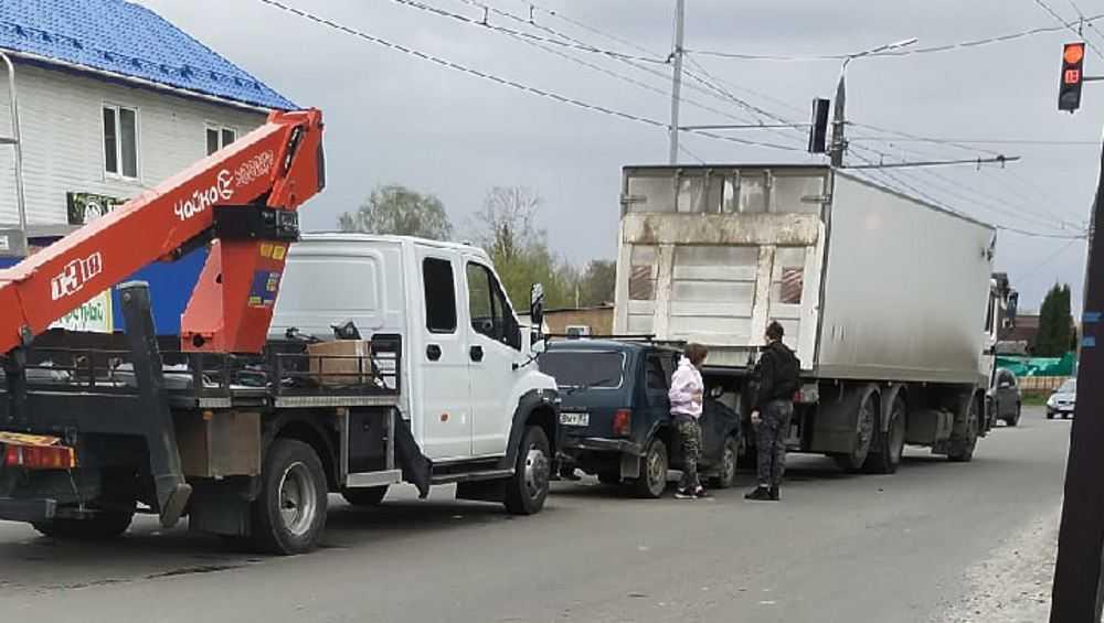 В Брянске в аварию одновременно попали три автомобиля
