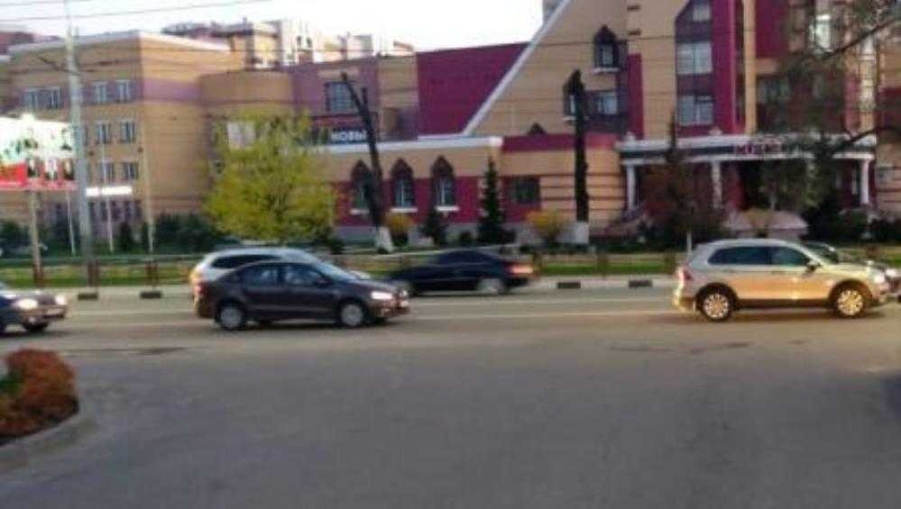 В Брянске возле «Макдоналдса» автомобиль Lada сбил 16-летнюю школьницу