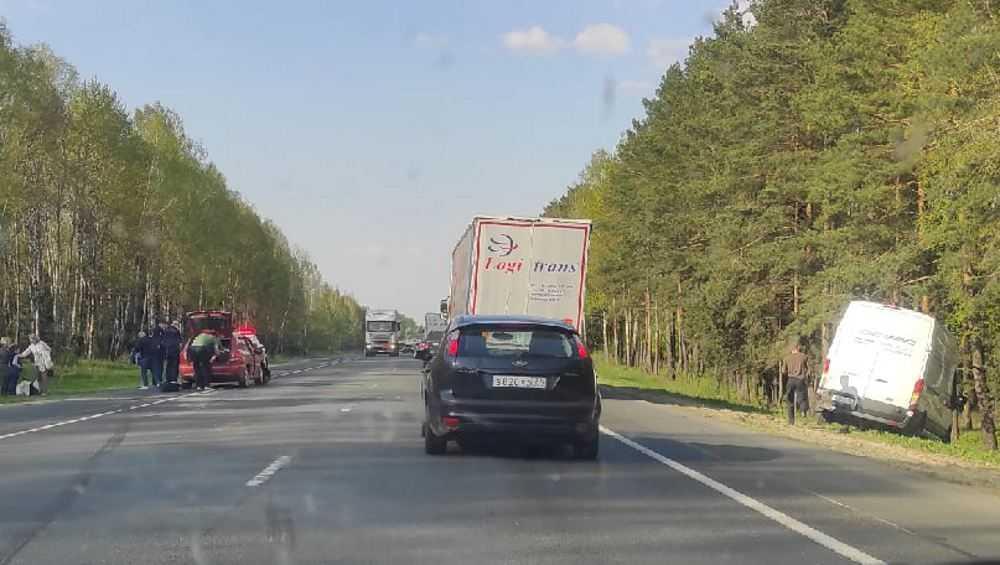 На трассе Брянск – Новозыбков столкнулись легковушка и автофургон