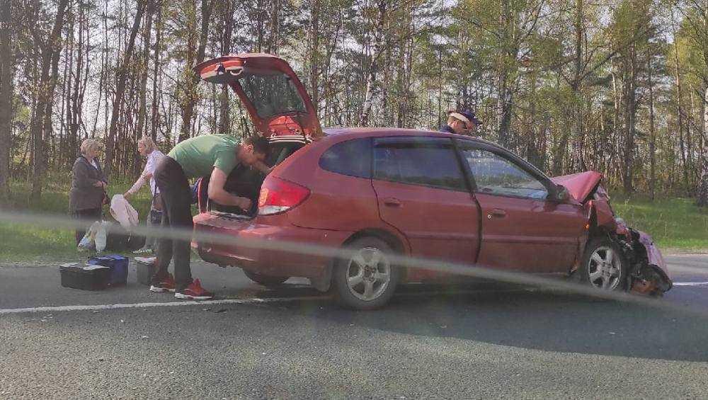 На трассе Брянск – Новозыбков не поделили дорогу легковушка и автофургон