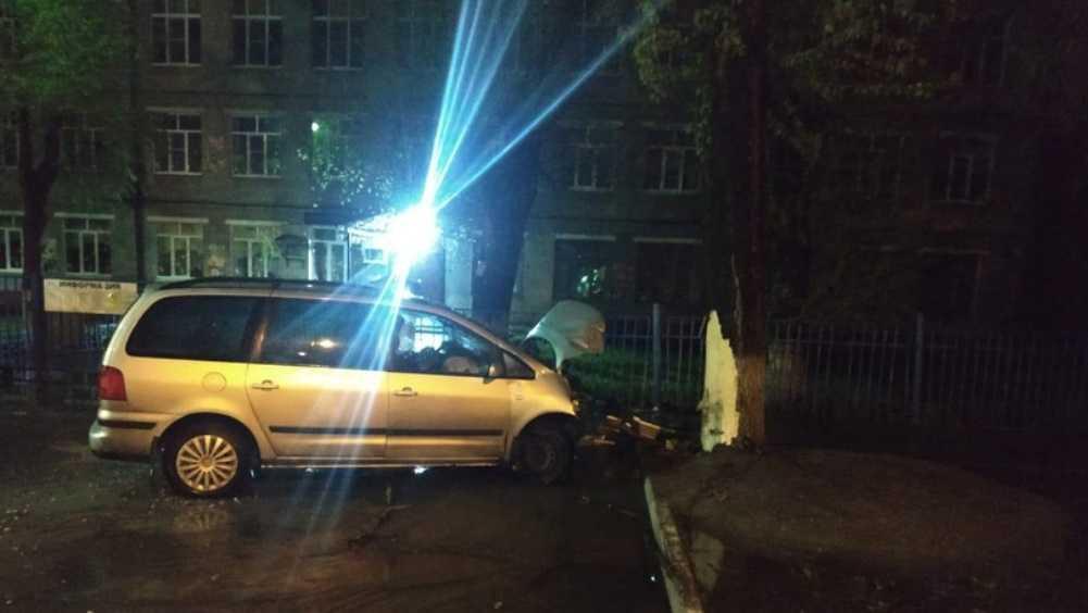 В Брянске водитель автомобиля Volkswagen врезался в дерево и убежал
