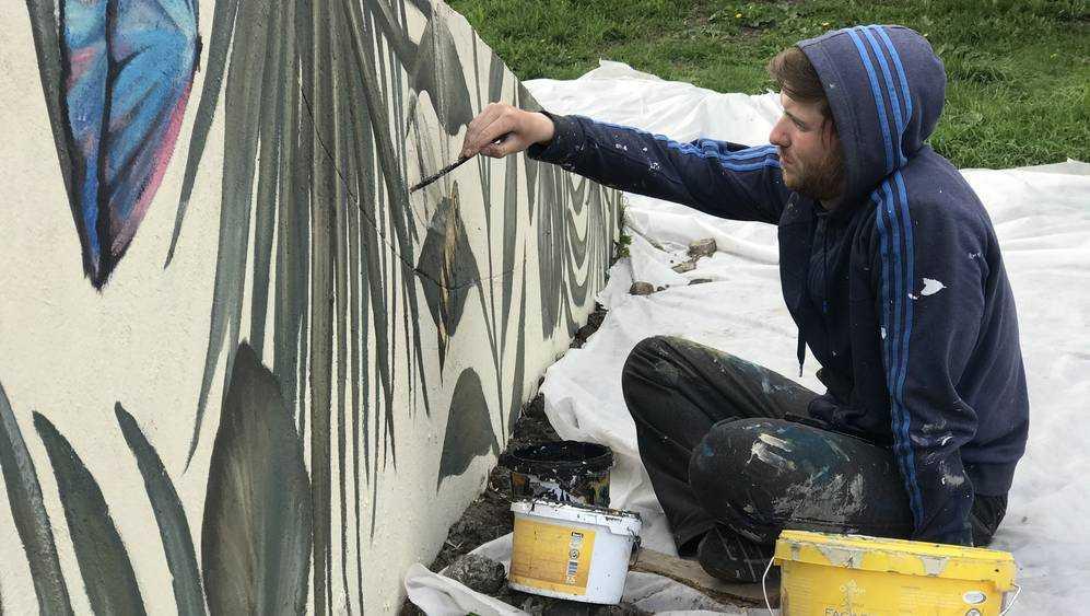 Брянские художники создали манифест молодости и красоты в яблоневом саду
