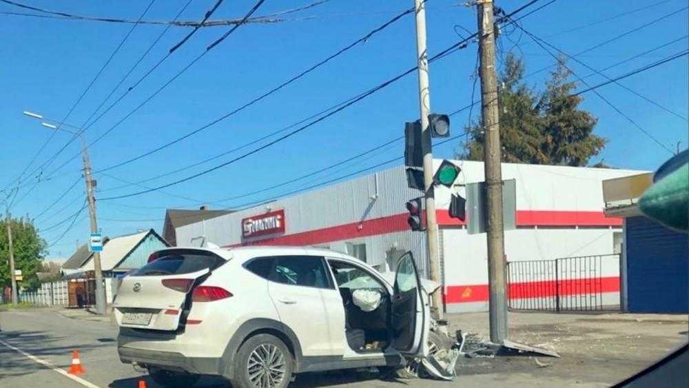 В Брянске возле «Магнита» на Бежицкой улице автомобиль протаранил столб