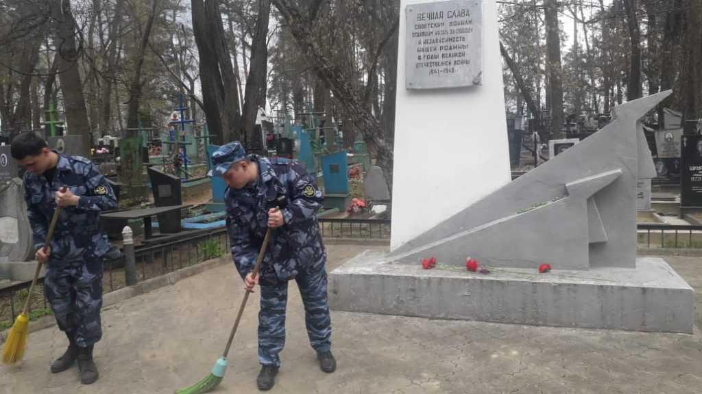 Сотрудники КП-3 и ИК-6 благоустроили захоронения участников Великой Отечественной войны