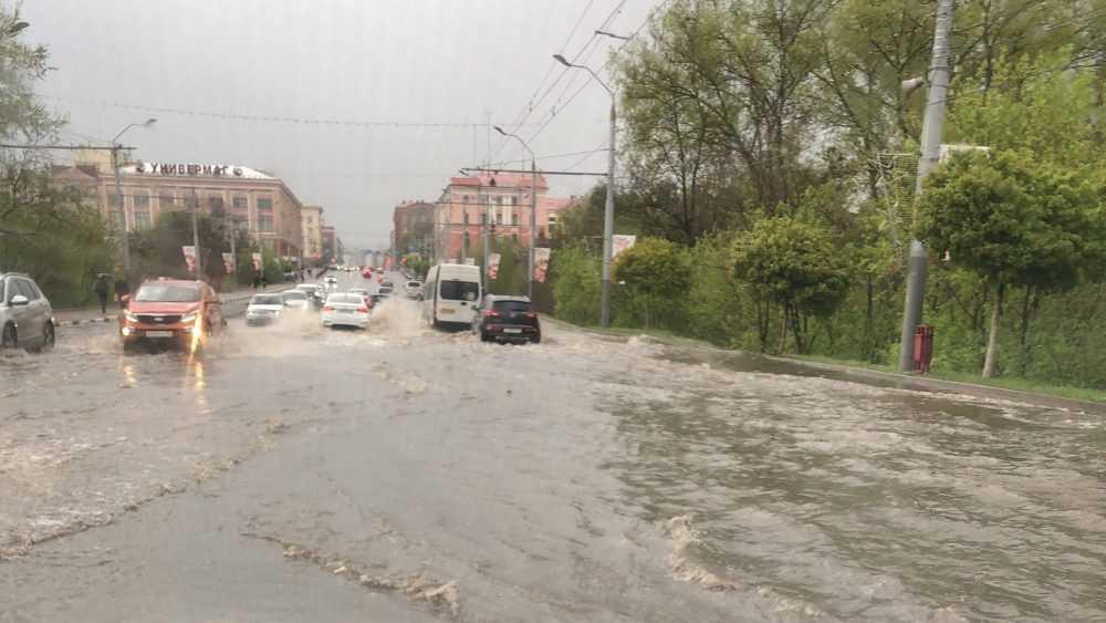 Проспект Ленина в Брянске на время превратился в бурную реку
