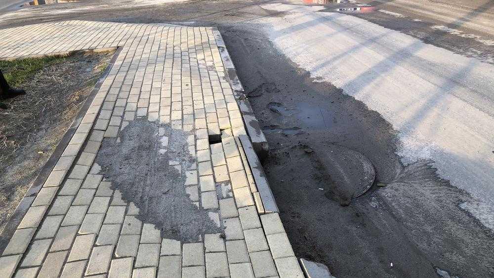В Брянске обрушился тротуар возле многоэтажек на улице Советской