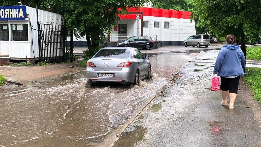 Легендарный бассейн на дороге в Брянске снова наполнился мутной водой
