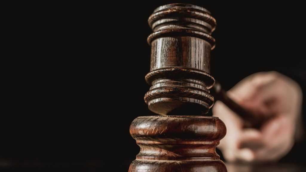 Жительница Брянска получила 100 тысяч рублей компенсации за погибшего на дороге пьяного сына