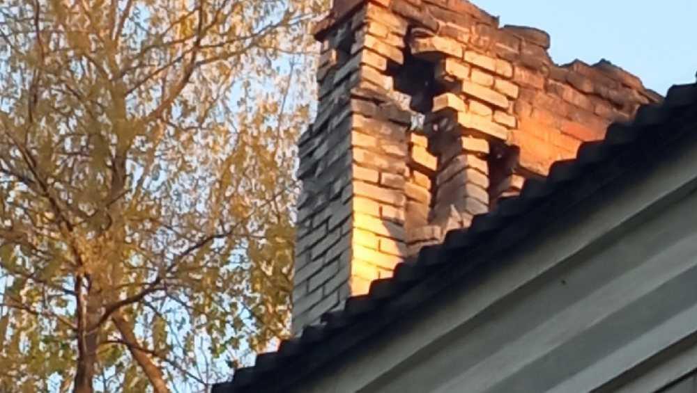 В жительницу Брянска едва не попал свалившийся с крыши обломок кирпича