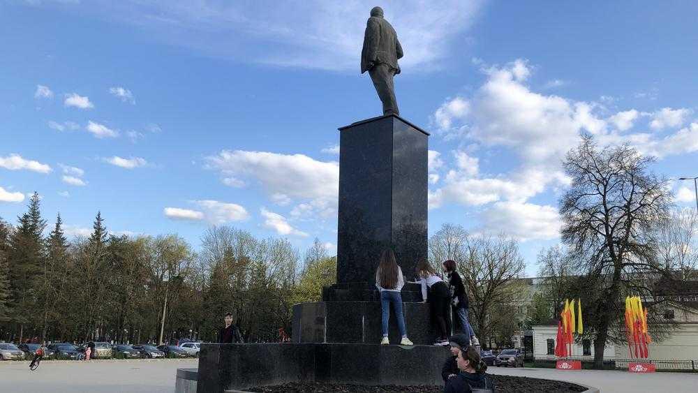 В Брянске дети местом игры избрали постамент памятника Ленину