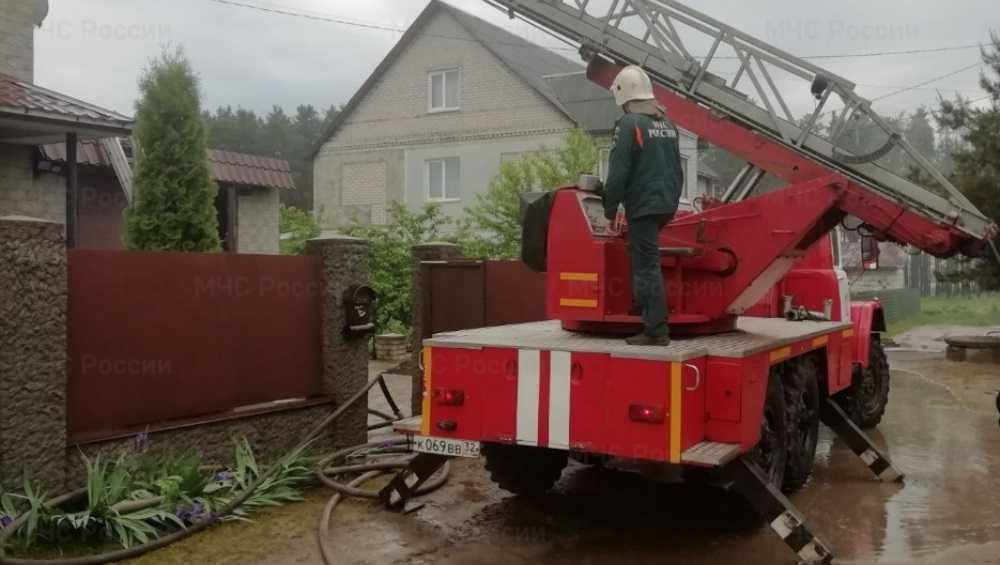 В Бежицком районе Брянска за час потушили горевший дом