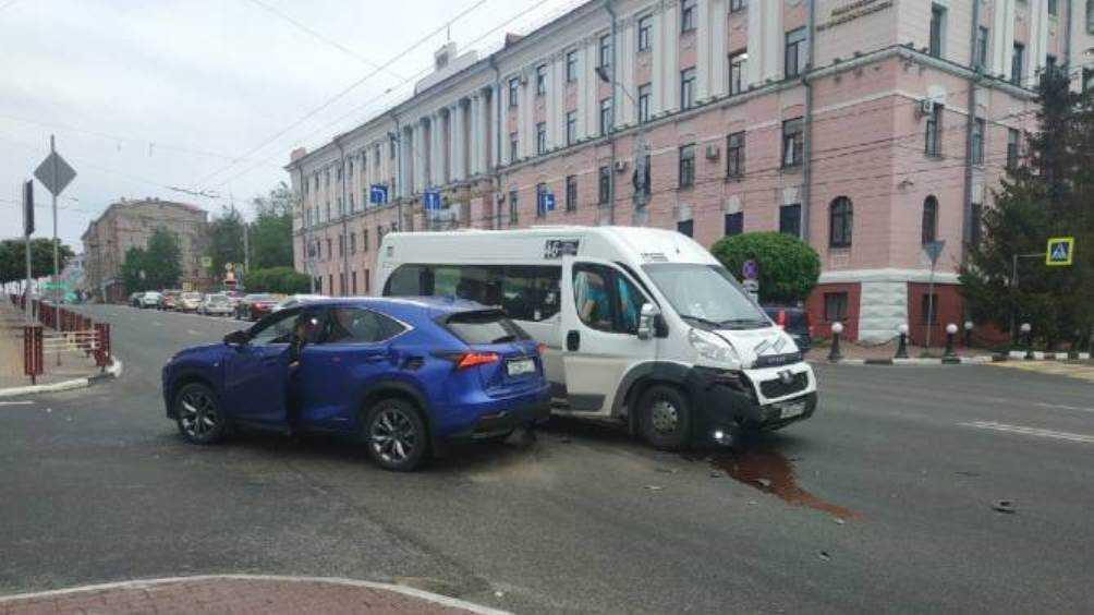 В Брянске возле ЦУМа столкнулись легковой автомобиль и маршрутка  № 46
