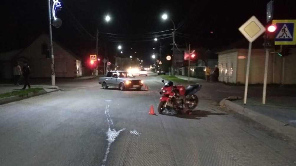 В Погаре мотоциклист-нарушитель врезался в ВАЗ и сломал бедро