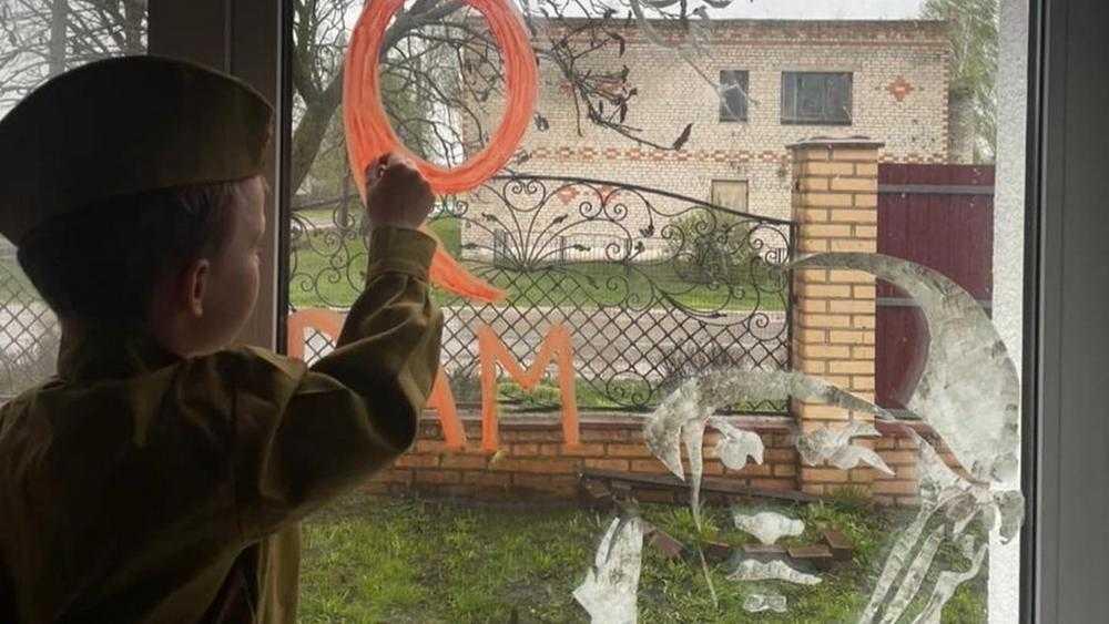 Внук губернатора Брянской области принял участие в акции «Окна Победы»