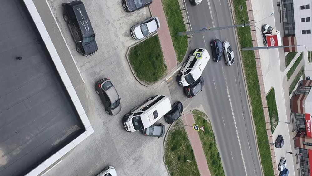 В Брянске хитроумные маршрутчики стали через дворы срезать обходный путь