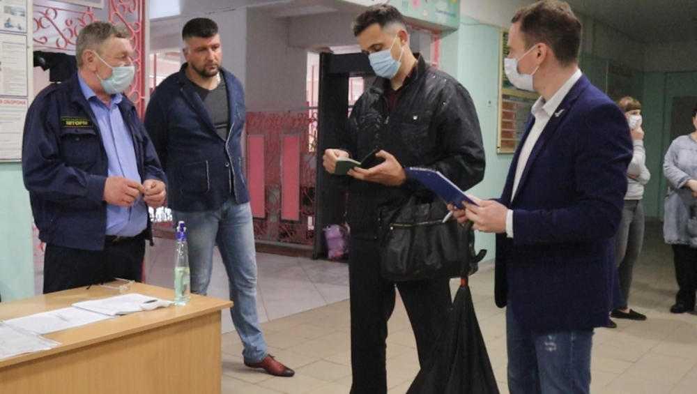 В Брянске общественники проверили пропускной режим в школах