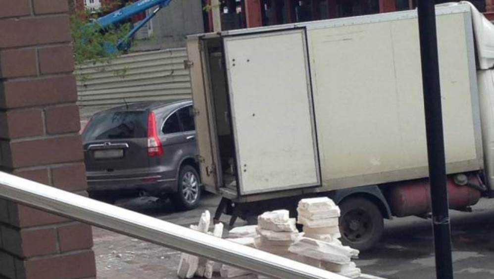 Жителя Брянска накажут за оставленный в поле мусор после ремонта квартиры