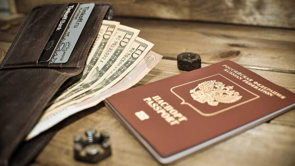 Россияне смогут снимать деньги с чужих банковских карт