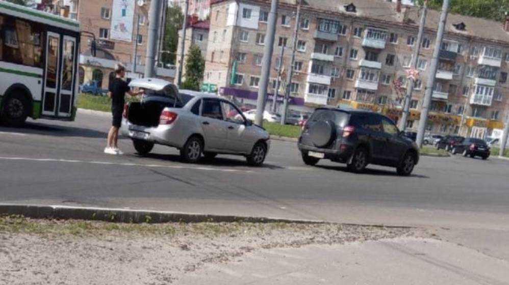В Брянске на кольце возле «Полтинника» не поделили дорогу две легковушки
