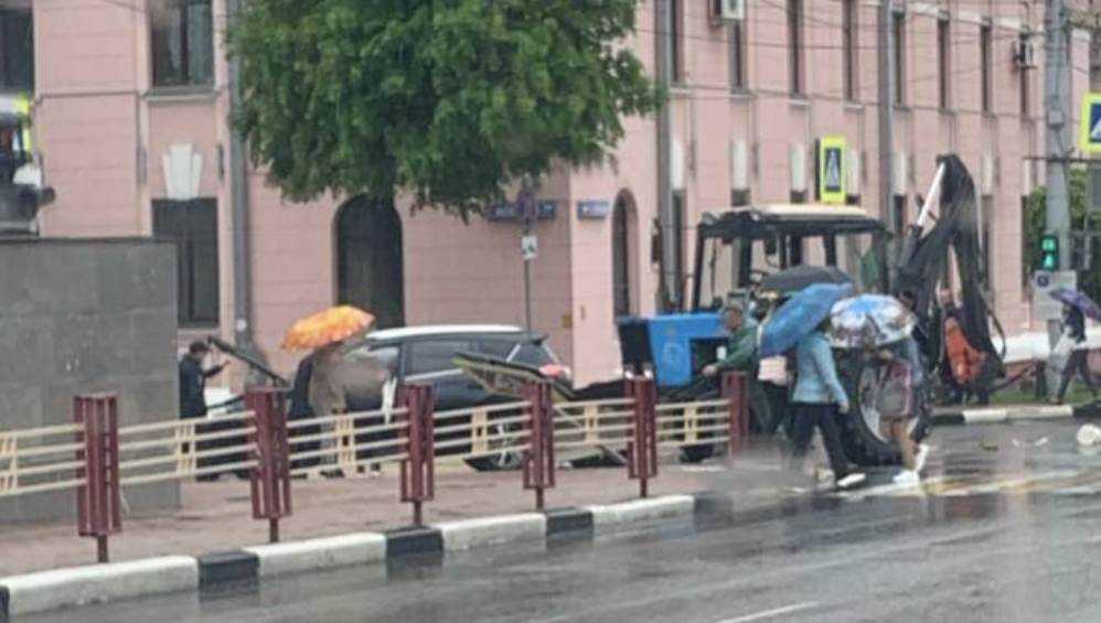 В центре Брянска возле ЦУМа столкнулись трактор и легковушка