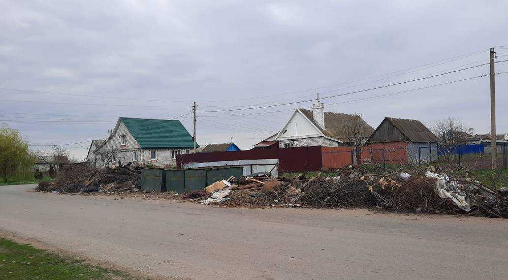 В брянском поселке Комаричи мусор начали складировать на дороге