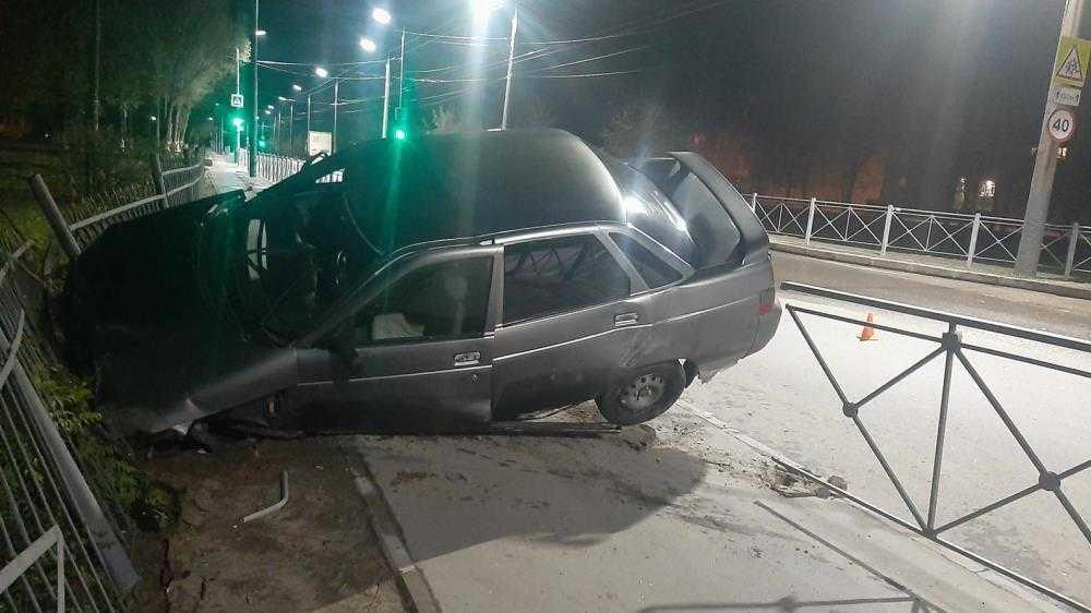 В Брянске водитель повисшего на заборе автомобиля был пьян