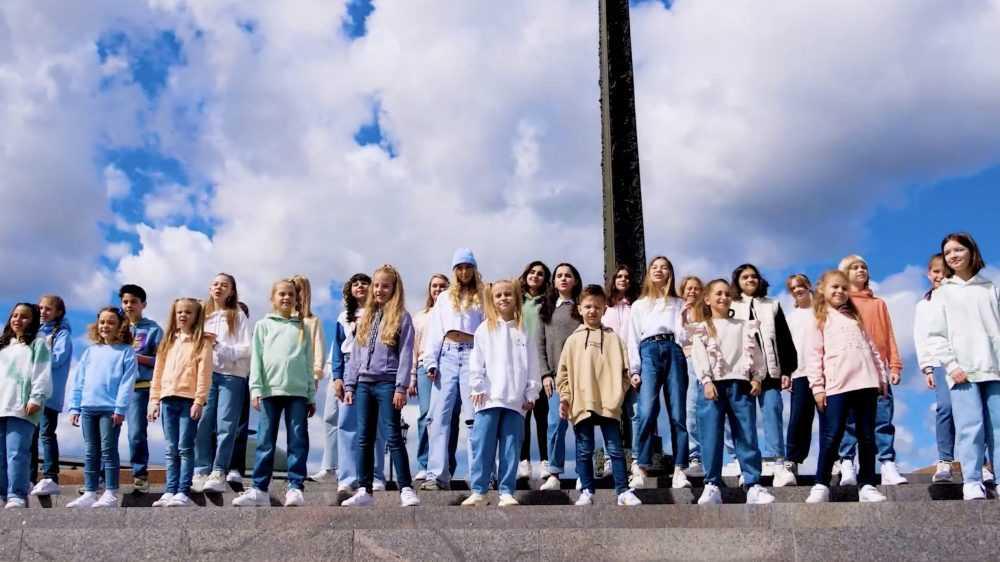 Брянские школьники приняли участие в съемках клипа «Аист на крыше»