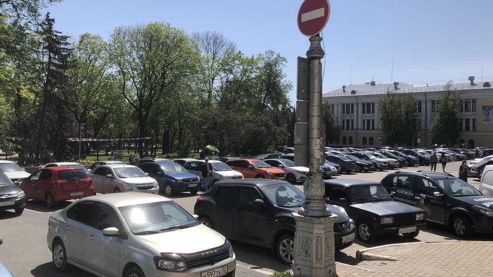 В Брянске автомобилисты захватили Круглый сквер без оглядки на знаки