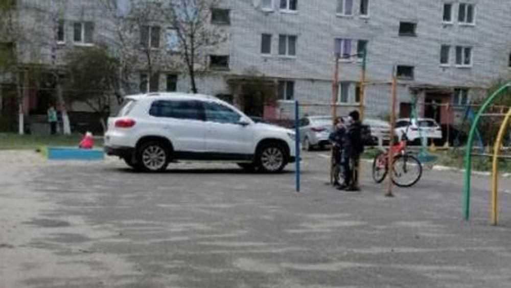 В Брянске за стоянку на детской площадке с водителя взыщут 500 рублей