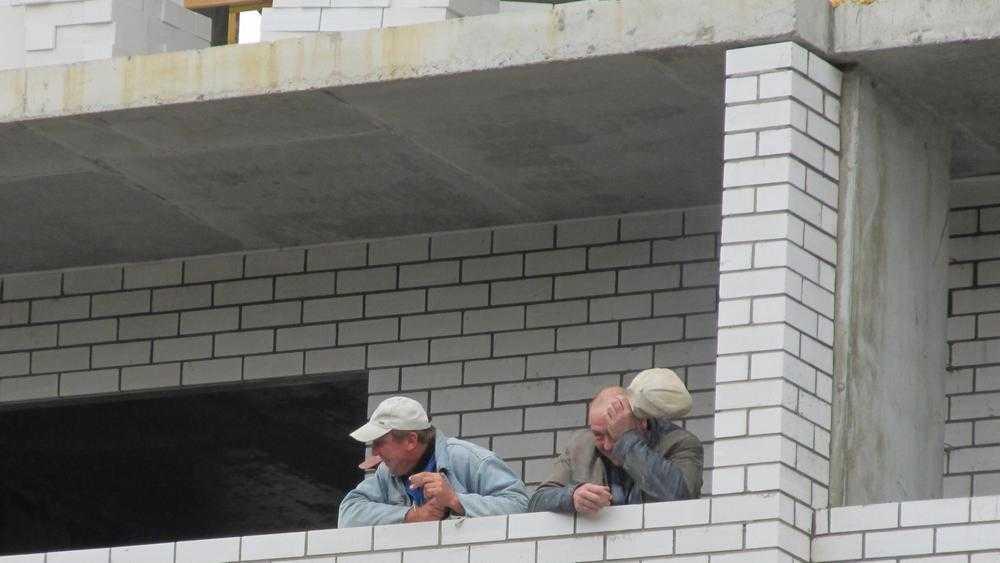 В Брянске строитель получил тяжелую травму при падении на штырь