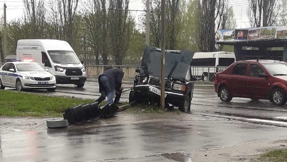 В Брянске ВАЗ-2107 протаранил светофор возле «Лития»
