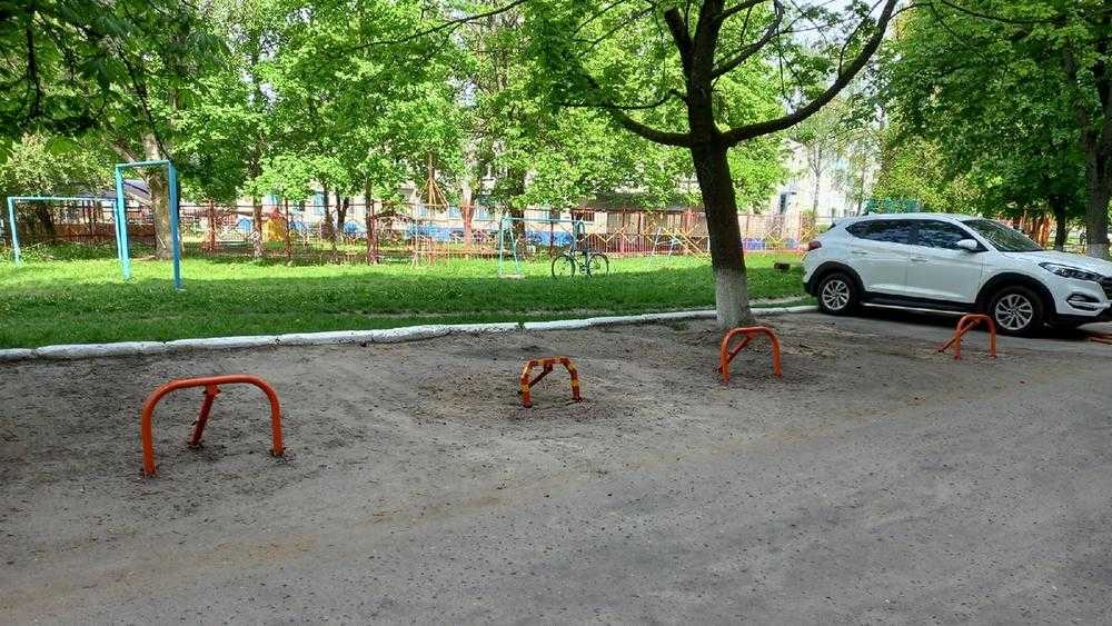 В Брянске на улице III Интернационала водители устроили битву за стоянку