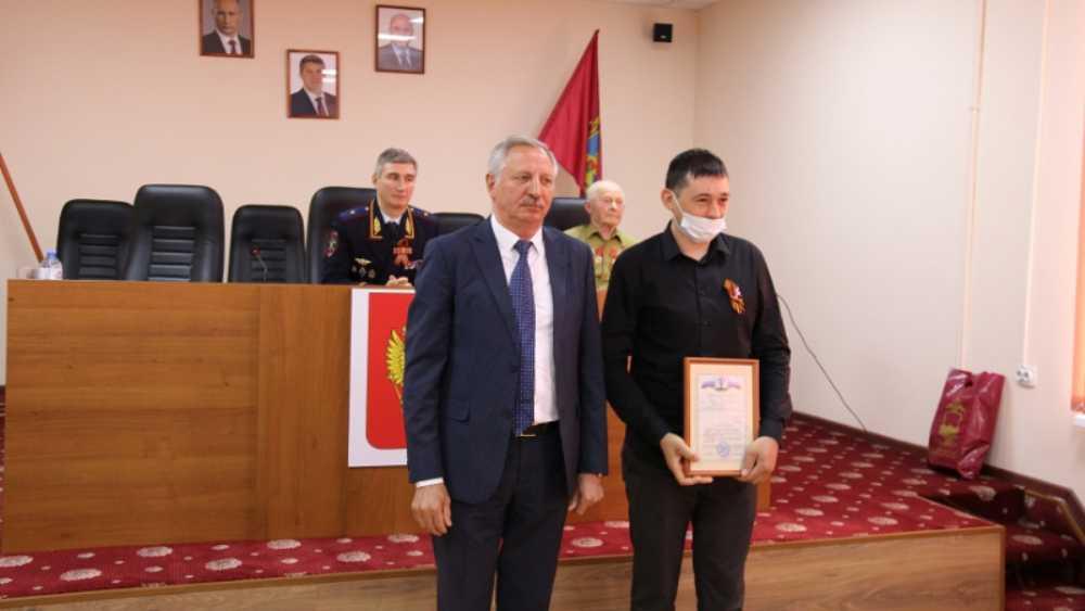 Жителя Стародуба и двоих полицейских наградили за спасение детей из огня