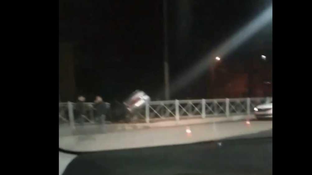 В Брянске попавший в ДТП автомобиль повис на заборе возле техникума