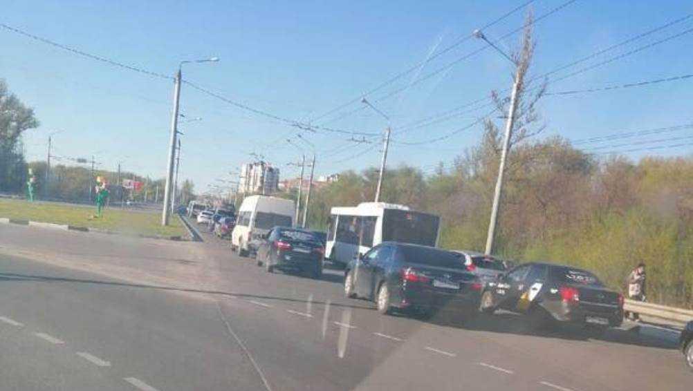 В Брянске возникла внушительная пробка у памятника Болгарским патриотам