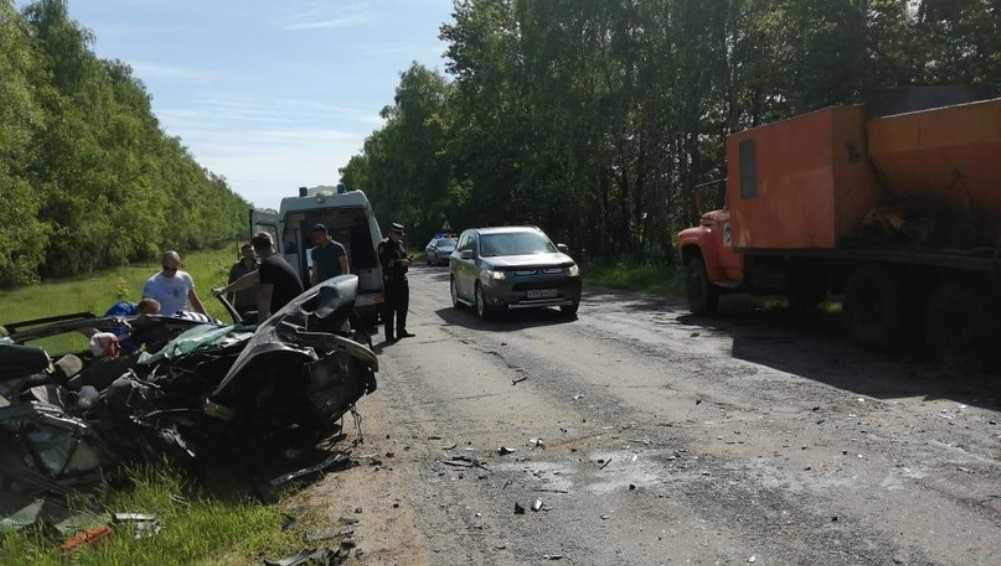Под Новозыбковом водитель Volkswagen врезался в стоявший на трассе грузовик