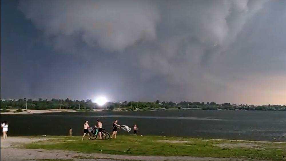В Брянске за озером Орлик сняли видео взрыва после удара молнии