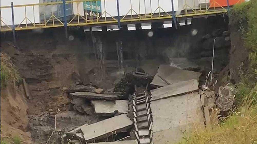 Сильный ливень разрушил часть дамбы на Смоленском шоссе в Брянске