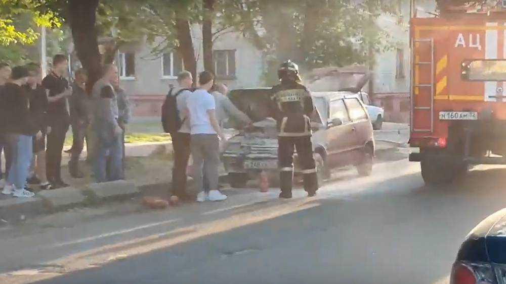 В Брянске у ДК Железнодорожников загорелся легковой автомобиль