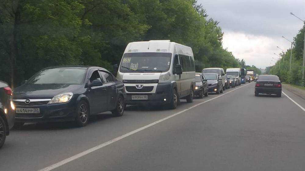 В Брянске на 4 километра выстроилась пробка от Володарского района до Бежицы